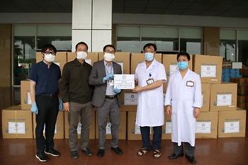 Hội Thầy thuốc trẻ Việt Nam tặng máy thở, phương tiện bảo hộ cho tuyến đầu chống dịch
