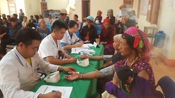Bác sĩ trẻ tình nguyện khám bệnh cho đồng bào Mường Nhé