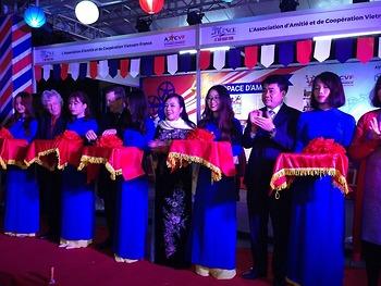 Bộ trưởng Y tế thắp sáng cây thông Noel nhân 45 năm quan hệ Việt Pháp