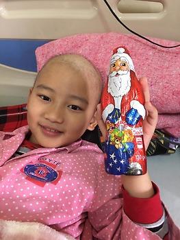 """Kìm nén cơn đau vì lo mẹ buồn, 6 năm điều trị """"chiến binh nhí"""" dũng cảm không khóc"""