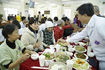 Xúc động bên bữa cơm tất niên cùng người bệnh ung thư