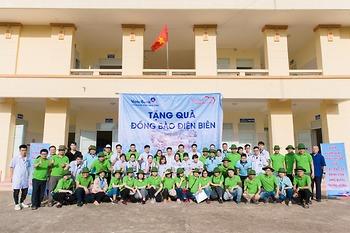 Bác sỹ trẻ Bệnh viện K vượt đường xa khám, cấp phát thuốc miễn phí và trao quà cho gần 300 người dân xã Nậm Chua, tỉnh Điện Biên
