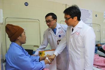 Phó Thủ tướng Vũ Đức Đam trao quà cho người bệnh ung thư chiều 28 Tết