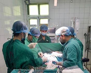 Cụ ông 91 tuổi được phẫu thuật cắt bỏ khối u xùi loét má trái, tạo hình thành công
