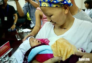 Chuyến xe hạnh phúc đưa mẹ con bé Bình An xuất viện về nhà
