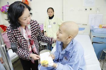 Ủy viên Bộ Chính trị, Bí thư Trung ương Đảng, Trưởng ban Dân vận Trung ương Trương Thị Mai đến từng giường bệnh thăm hỏi và trao quà động viên người bệnh ung thư