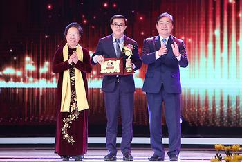 Giám đốc Bệnh viện K nhận giải thưởng Nhân tài đất Việt vì đột phá điều trị ung thư vú