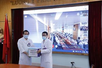 Cán bộ nhân viên khoa Xạ vú – phụ khoa, Bệnh viện K chung tay ủng hộ 300 bộ quần áo bảo hộ cho Bệnh viện.