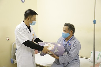 Hơn 300 chiếc chăn ấm mùa đông được trao gửi người bệnh ung thư